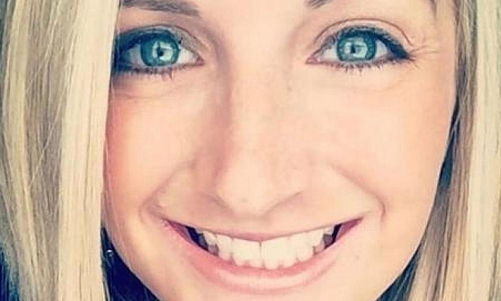 Симпатичная блондинка-учительница развращала школьника своими обнаженными фото