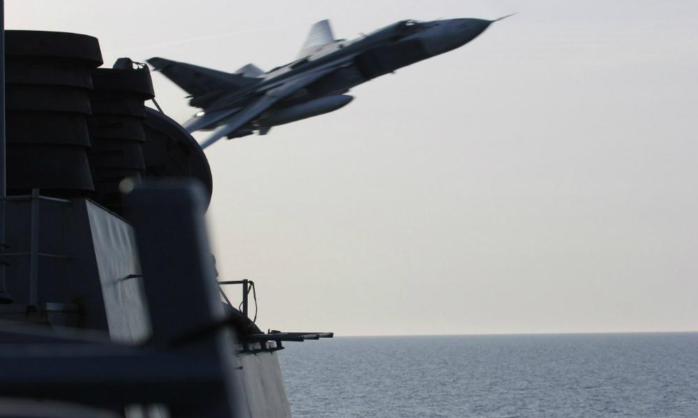 В Сети появилось видео пролета российского Су-24 над американским эсминцем «Дональд Кук»