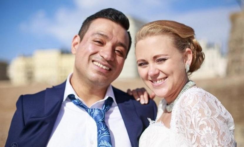 Красавице-россиянке запретили жить с любимым мужем из-за его маленькой зарплаты