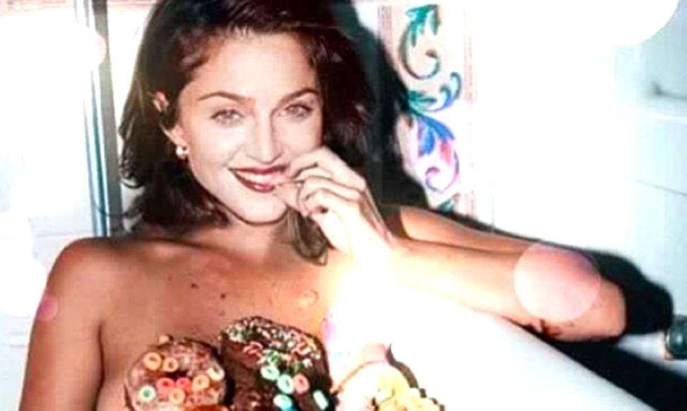 Обнаженная певица Мадонна поделилась фото из ванной со сладкими пончиками