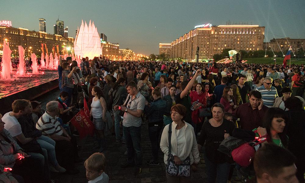 71-летие Великой Победы отметили в Москве световой акцией и грандиозным фейерверком