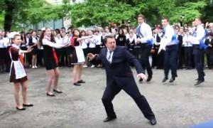 Видео с танцем директора саратовского лицея на последнем звонке стало хитом YouTube