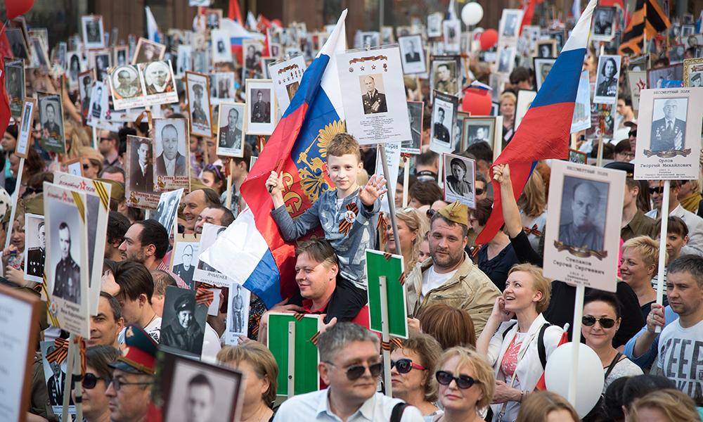 Участники «Бессмертного полка» в Москве рассказали о подвигах своих родных
