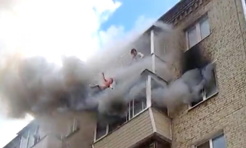 Шокирующие кадры: родители выбросили детей с четвертого этажа горящего дома