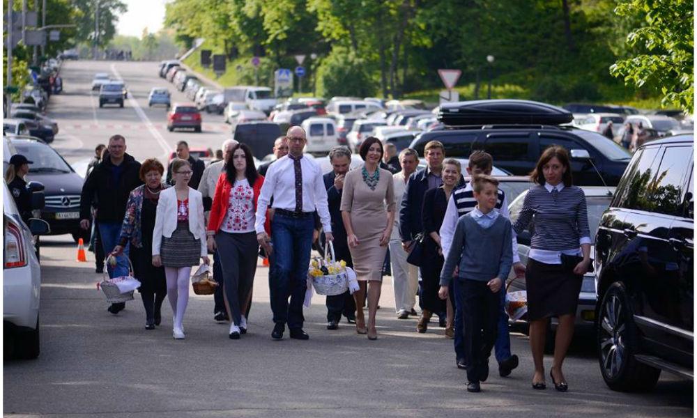 Яценюк впервые появился на публике после отставки, опровергая слухи о бегстве