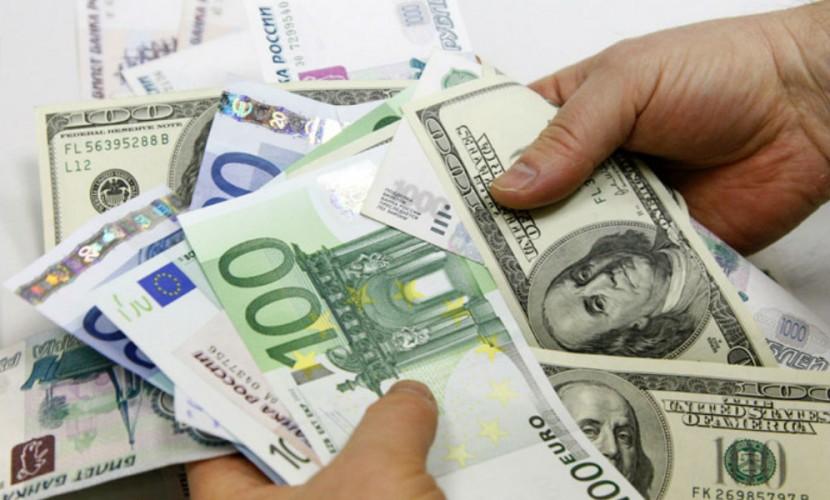 Рубль резко упал по отношению к доллару и евро