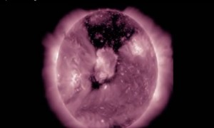 Ученые НАСА удивили мир новым видео гигантской дыры в короне Солнца