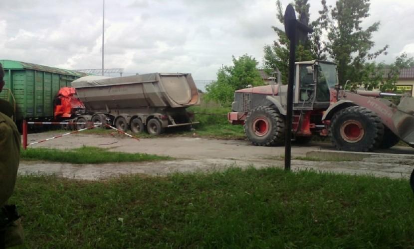 Водитель направил свой КамАЗ на поезд и погиб под Воронежем