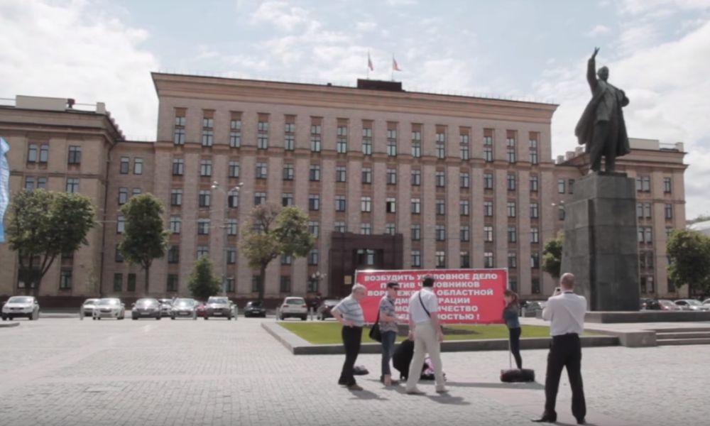 Бессрочную голодовку устроила отчаявшаяся жительница Воронежа напротив обладминистраци