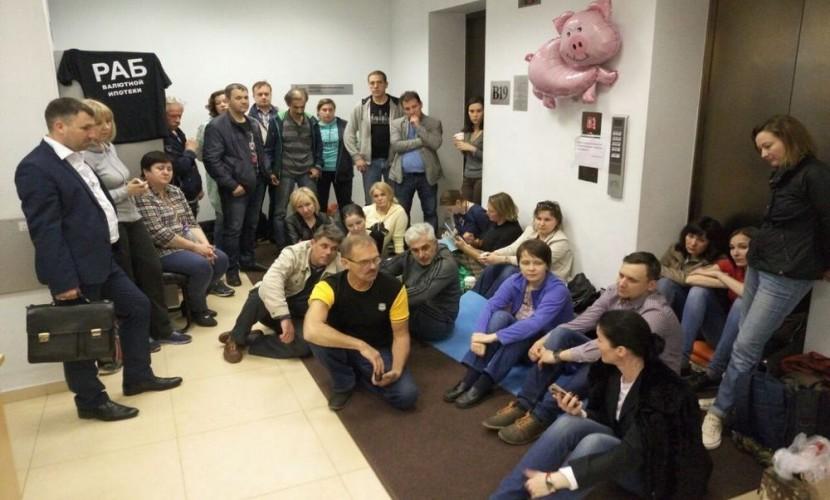 Осадившие офис ВТБ валютные заемщики выступили с видеообращением