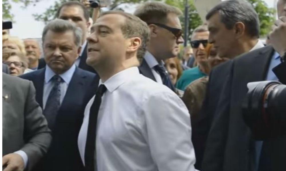 Возмущенным жителям Крыма Медведев отказал в индексации пенсий