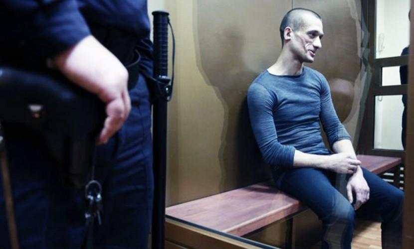 Художнику Павленскому сломали ребро и перебили колено во время конвоирования в суд