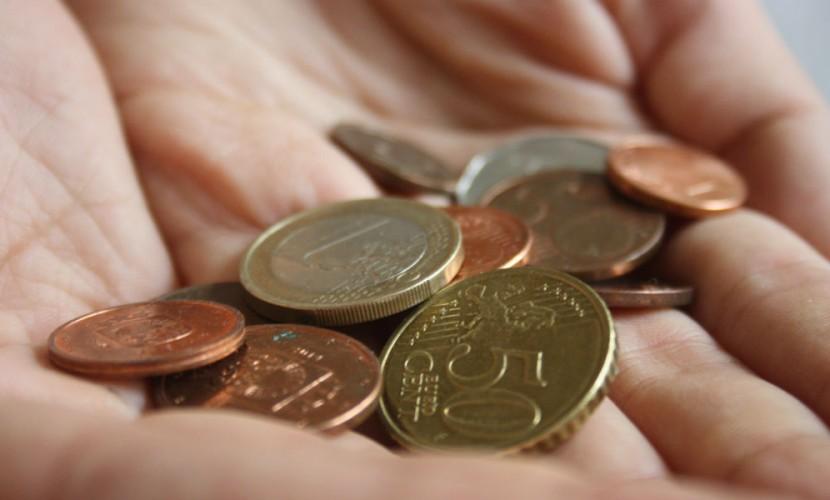 Рубль на утренних торгах потерял 25 копеек в долларе