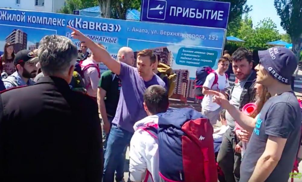 Опубликовано видео нападения казаков на Навального и его спутников в Анапе