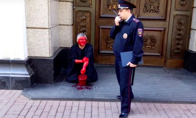 Умывание мужчины кровью у здания Верховного суда попало на видео