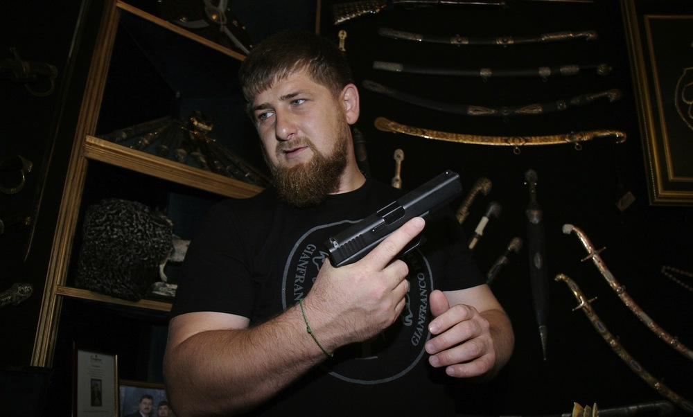 Кадыров получил в подарок от главы Азербайджана пистолет турецкого производства