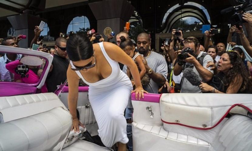 Ким Кардашьян по прилете в Гавану радовала своими пышными формами кубинских мужчин