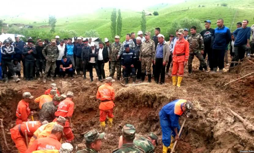 После смерти подростка под оползнем жителей села в Киргизии эвакуировали