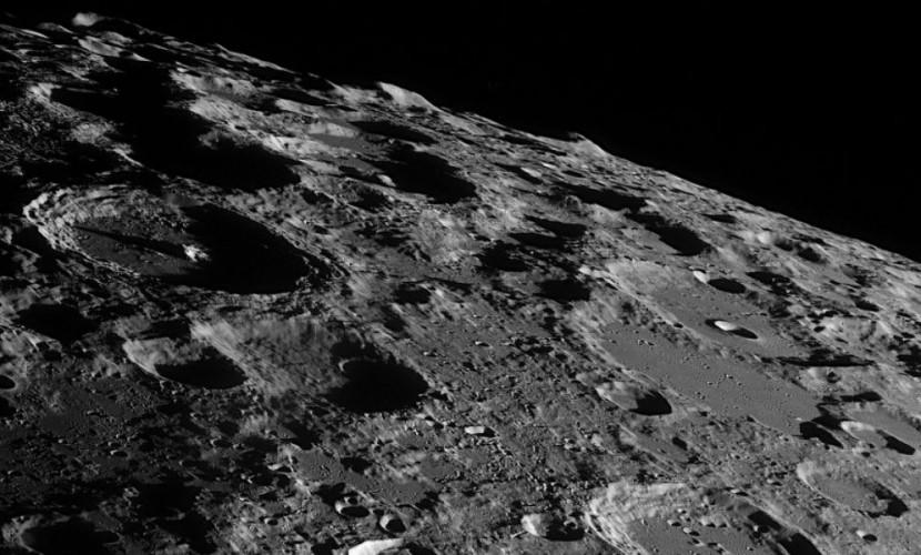 """В """"самой загадочной части Луны"""" ученые обнаружили молодые кратеры"""