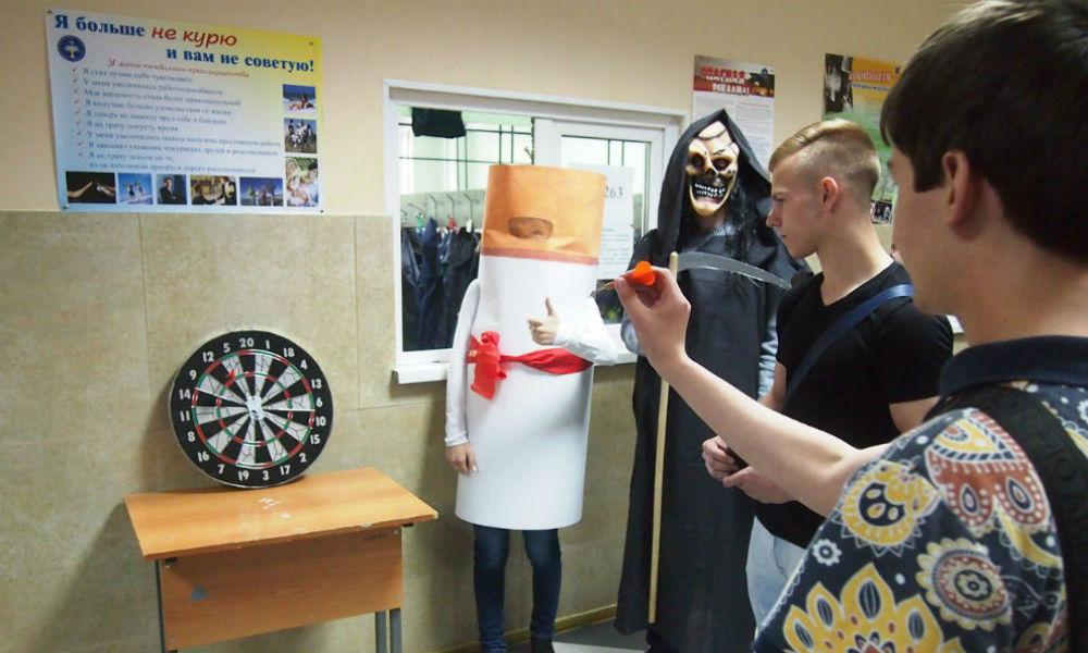 Курильщиков-россиян напугали смертью с косой и забегом