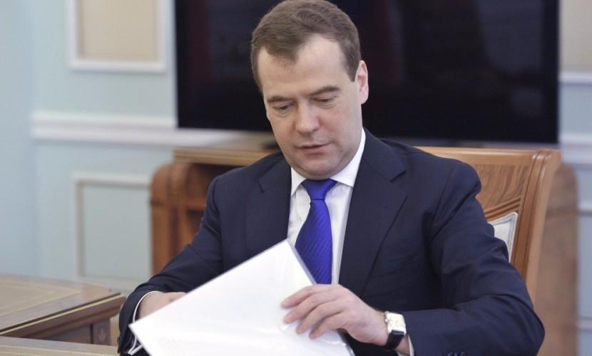Медведев разрешил молодым семьям погашать ипотеку социальными выплатами по программе