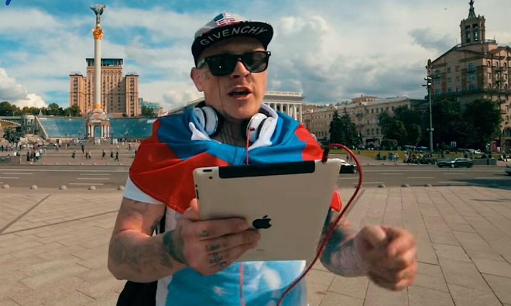 Смелый мужчина в центре Киева спел на видео гимн России для получения 2,5 тысячи долларов