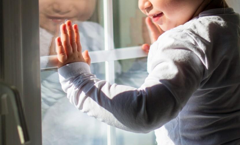Двухлетняя малышка выпала из окна 9 этажа и чудом осталась жива в Оренбурге