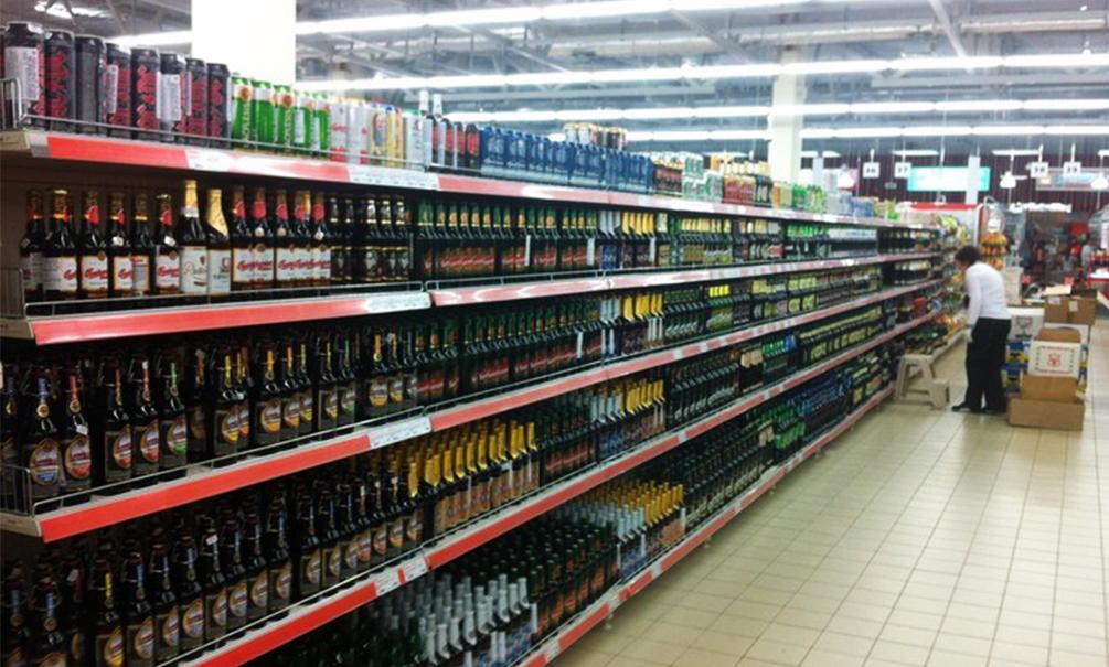 Ассортимент алкоголя и сладостей в российских супермаркетах сократят вдвое в целях экономии