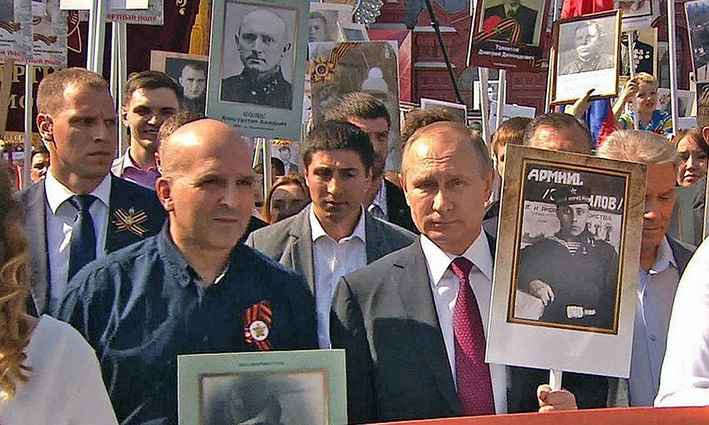 Владимир Путин возглавил шествие «Бессмертного полка» на Красной площади