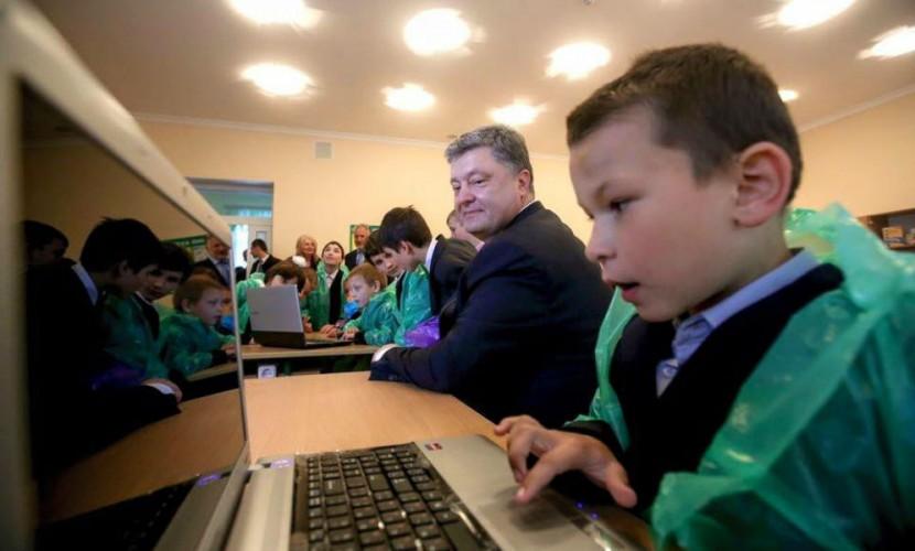 Фото Порошенко с детьми в целлофане высмеяли интернет-пользователи