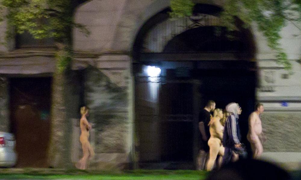 Голых проституток с клиентами заставили пройти по Санкт-Петербургу и сняли на видео
