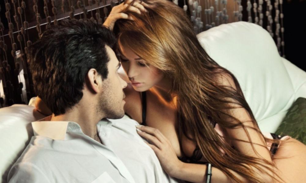 Возбужденная женщина показывает желание секса тонкими намеками, -  ученые