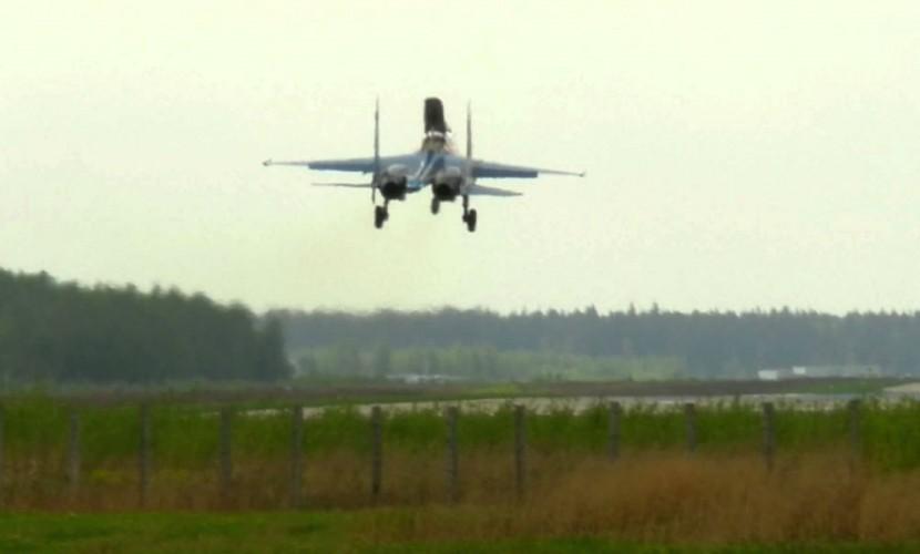 Самолет Су-27 с отказавшим двигателем экстренно сел в Липецке