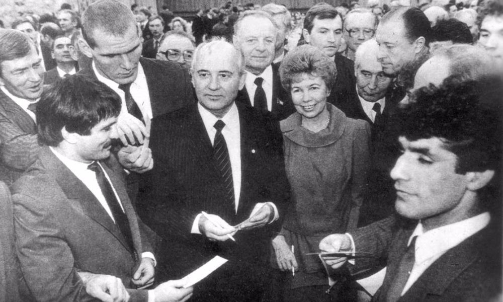 Советские борцы вместе с Раисой и Михаилом Горбачевыми (Адлан Вараев - второй слева).