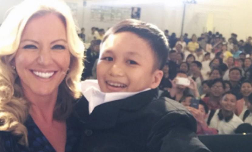 Баронесса-блондинка из Британии взяла на руки 22-летнего вьетнамца, приняв его за шестилетку