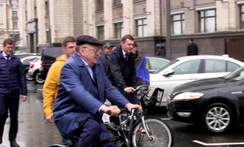Приезд Жириновского в Госдуму на дешевом велосипеде попал на видео
