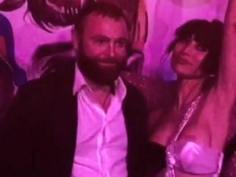 Американская актриса с обнаженной грудью стала звездой afterparty премии