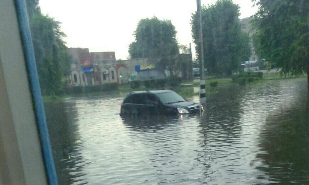 Аномальный ливень превратил Россошь в русскую Венецию и заставил жителей передвигаться на лодках