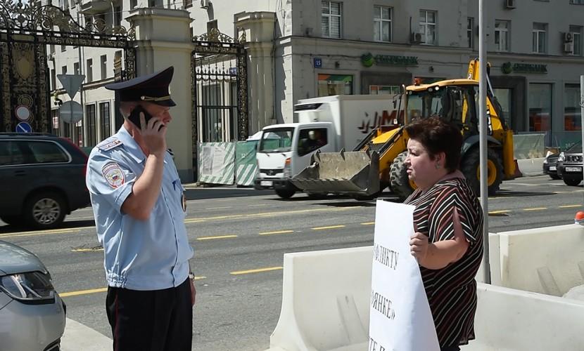 Полиция задержала на Тверской участников пикета против строительства храма в Торфянке