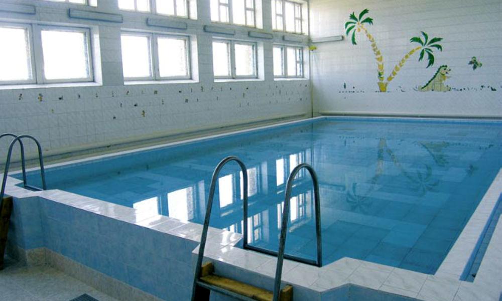 Московского школьника засосало лицом в слив бассейна, и он получил контузию