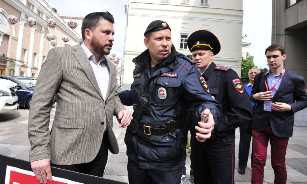 Соратника Навального вместе с журналистом и активистом задержали за пикет против переназначения Чайки возле Совфеда