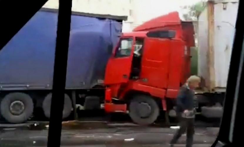 Три огромные фуры столкнулись на дороге и разнесли ограждение в Подмосковье