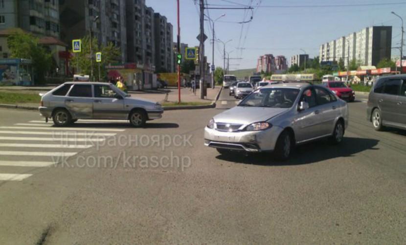 ДТП ученика из автошколы на пешеходном переходе в Красноярске попало на видео