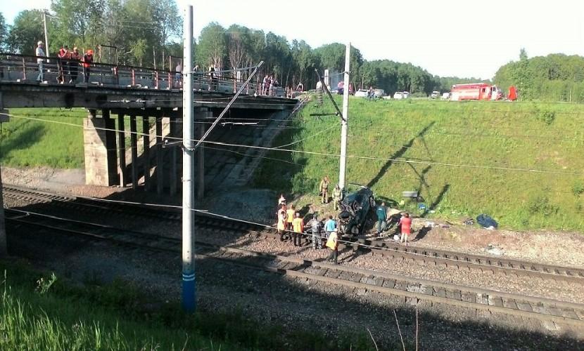 Женщина погибла и двое мужчин пострадали при падении авто с моста на Транссибирскую магистраль