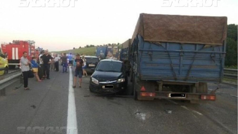 Два человека погибли и один ранен в массовом ДТП в Воронежской области