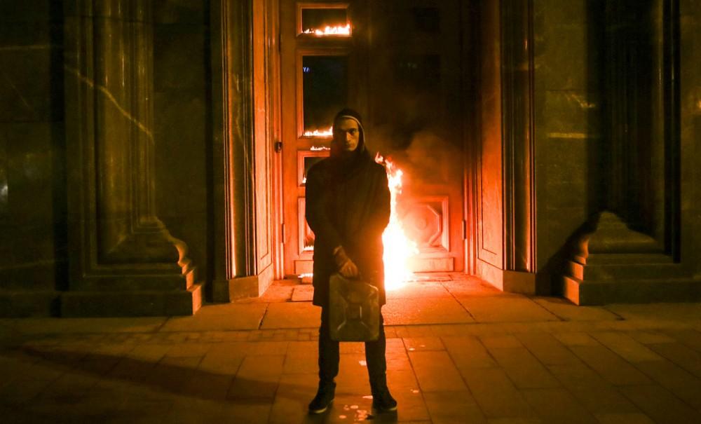 ФСБ выставила счет за сожженную дверь художнику Павленскому