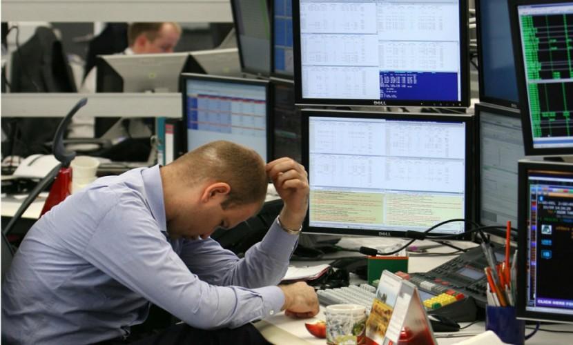 Рубль укрепился на фоне находящегося на грани обвала доллара