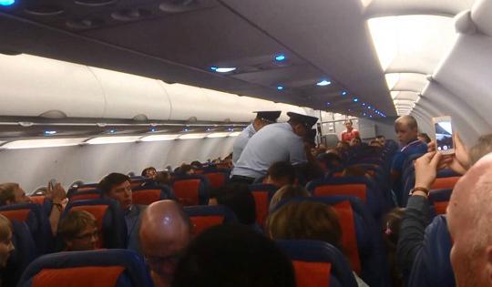 Влюбленных авиадебоширов задержали в Анапе за пьянство и курение на борту