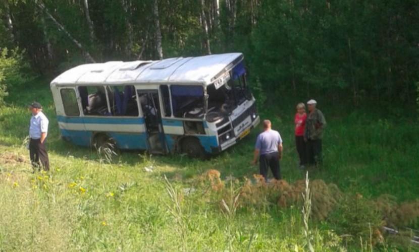 На трассе под Красноярском слетел в кювет автобус с пассажирами