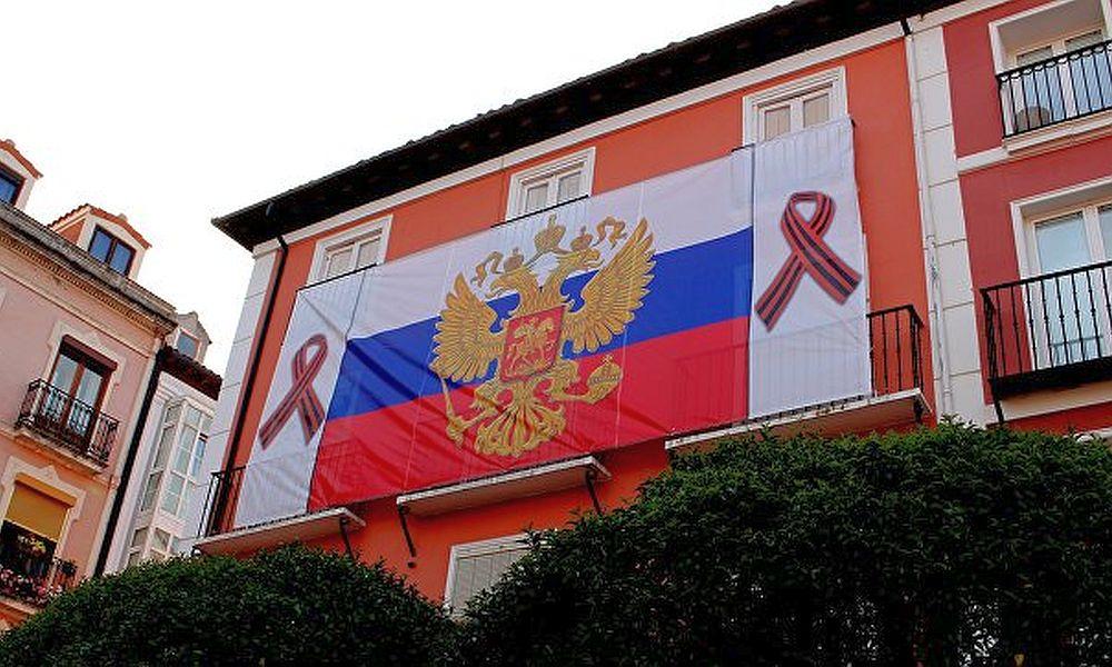 В честь Дня России огромный триколор повесили на доме в испанском городе Бургосе